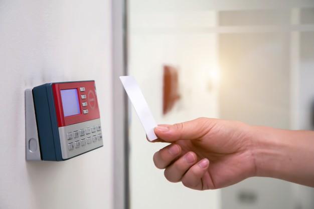 hombre-oficina-usando-tarjeta-identificacion-escanear-control-acceso-abrir-puerta-seguridad_101448-1613